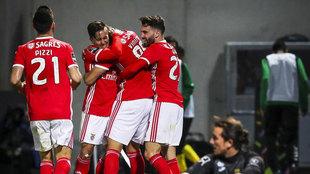 Los futbolistas del Benfica celebran uno de sus goles al Paços.