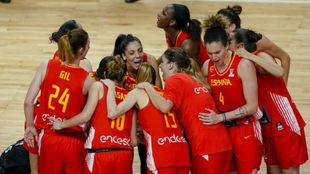 Las jugadoras de la selección femenina celebran una victoria.