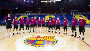 Los jugadores del Barcelona en pleno minuto de silencio antes de...