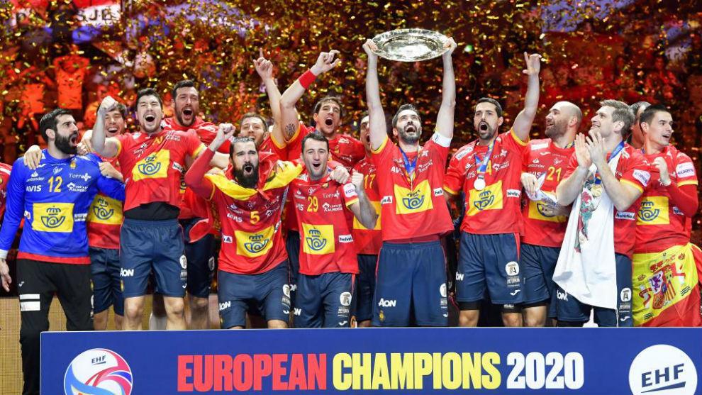 La selección española celebra el título europeo en el podio /