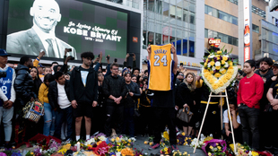 Aficionados rinden homenaje a Kobe Bryant.