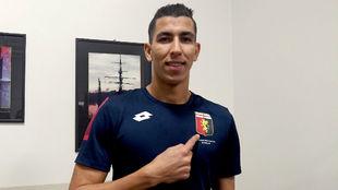 Jawad El Yamiq señala el escudo del Genoa.