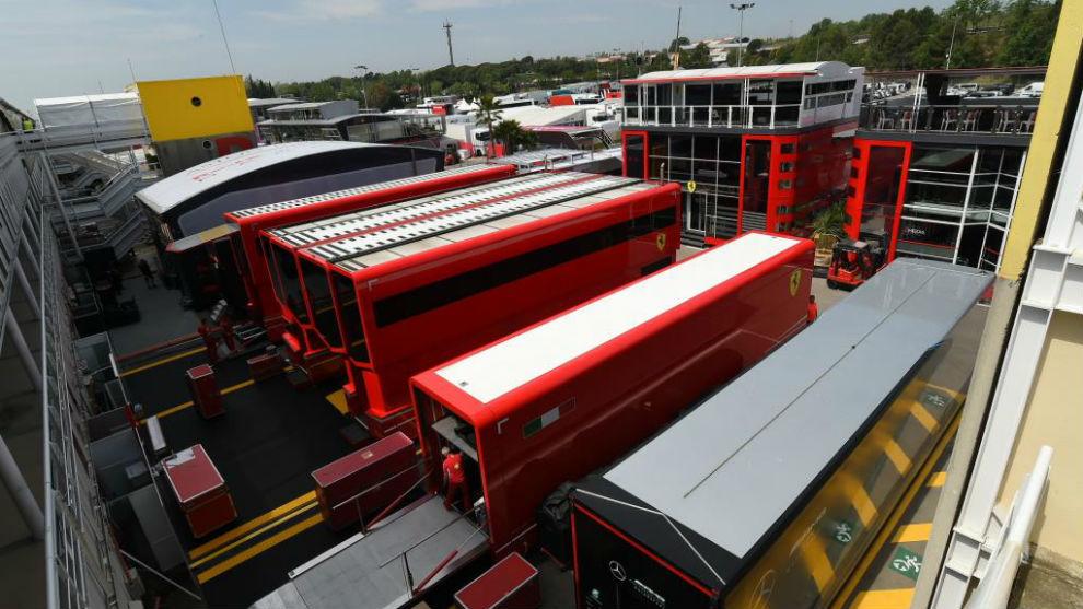 Los camiones y los 'motorhome' de Ferrari, durante el GP de España.