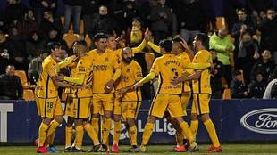 Los jugadores del Alcorcón celebran uno de los tres goles a la...