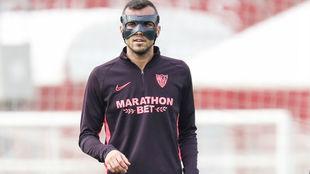 El sevillista Joan Jordán (25), con una máscara protectora en el...