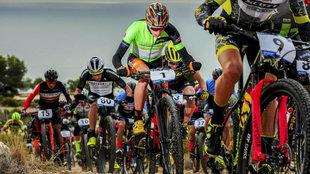 Los ciclistas, durante una etapa de la Mediterranean Epic.