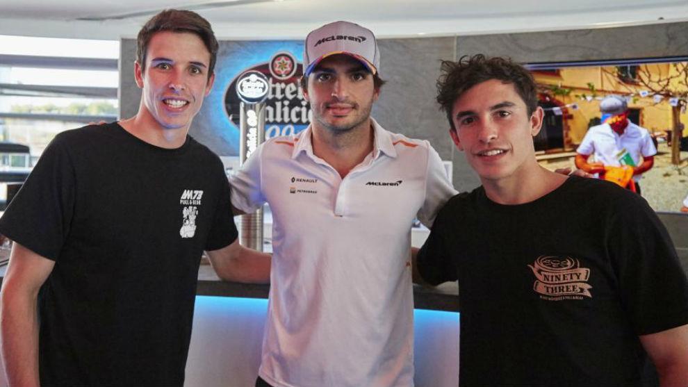Carlos Sainz, con Marc y Álex Márquez.