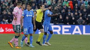 Prieto Iglesias, señalando penalti contra el Betis