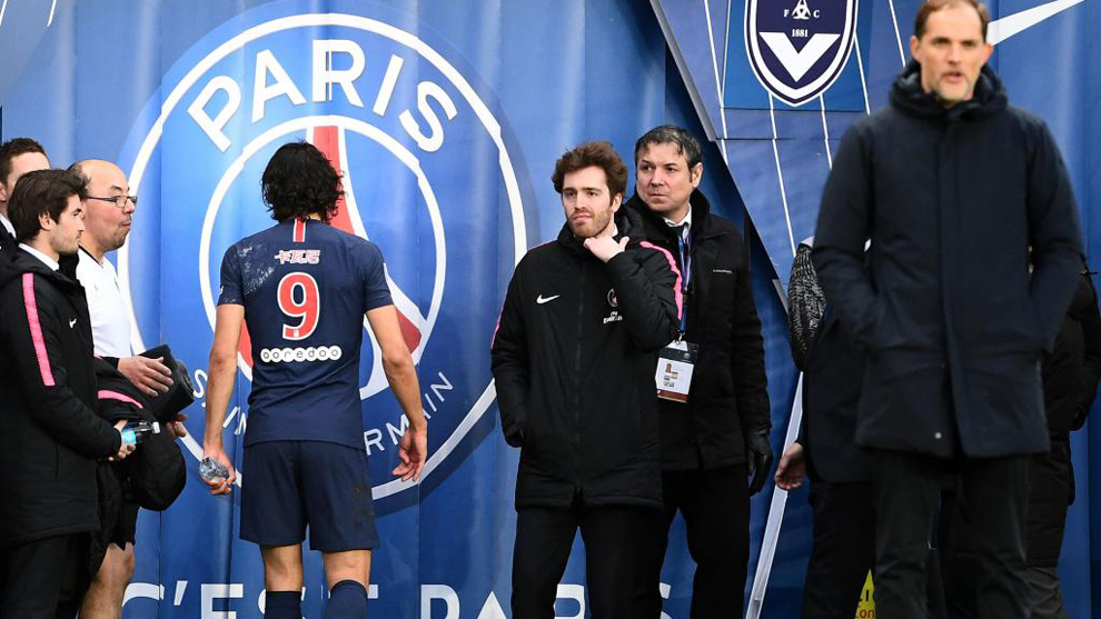 Cavani abandona el campo durante un partido del PSG.