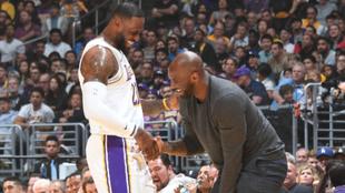 LeBron James y Kobe Bryant en un partido de los Lakers.