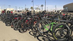 Montaje y puesta a punto de las bicicletas que participan en la...