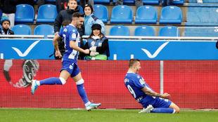 Lucas Pérez celebra un gol con Joselu.