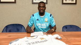 Augustin, firmando con el Leeds.