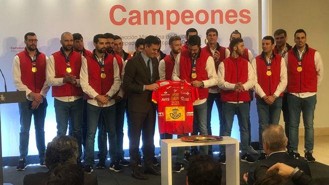 Los 'Hispanos' entregan una camiseta de España al Presidente del...