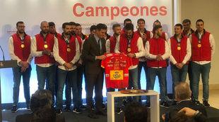 Los 'Hispanos' entregan una camiseta de España al...