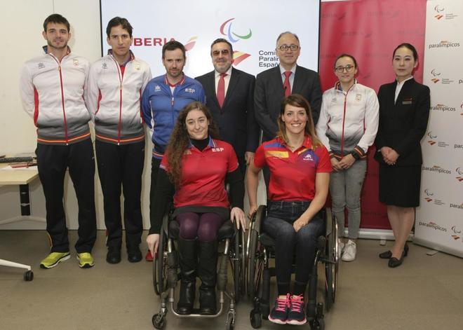 Varios deportistas paralímpicos junto a Miguel Carballeda y Luis...