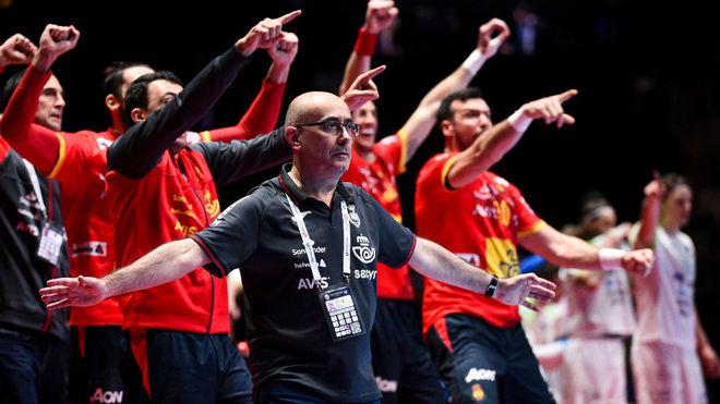 Jordi Ribera, al frente de su banquillo durante un partido del Europeo...