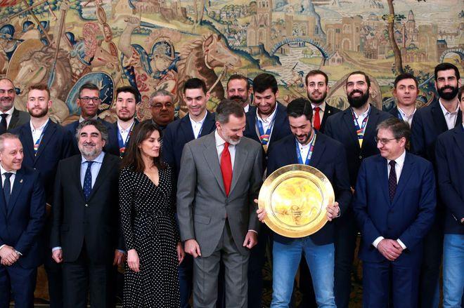 Los 'Hispanos' , campeones de Europa, con los Reyes de España en la...