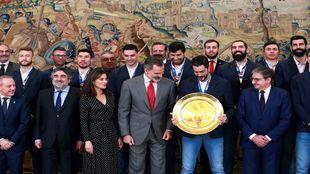 Los 'Hispanos' , campeones de Europa, con los Reyes de...