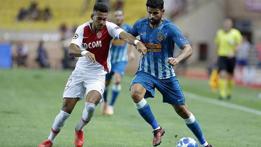 Jordi Mboula, ante Diego Costa en el Mónaco-Atlético de Champions