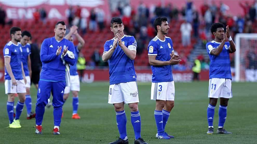 Saúl y sus compañeros saludan a sus aficionados en un partido de la...