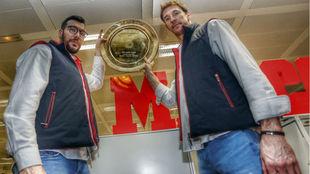 Gedeón Guardiola y Viran Morros, con la ensaladera de campeones de...
