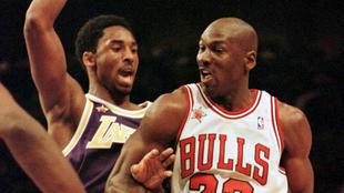 Kobe Bryant marcando a Michael Jordan.