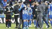Fernando Vázquez y Sabin Merino se abrazan tras el triunfo ante el...