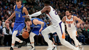 Ricky Rubio y Deandre Ayton persiguen a Luka Doncic