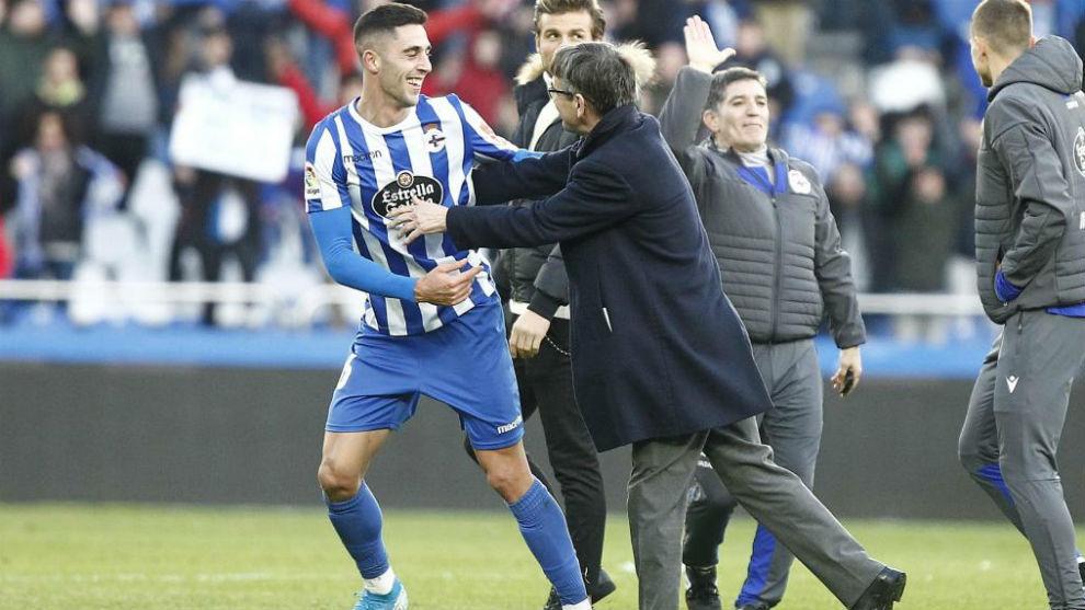 Sabim se abraza con Vázquez.