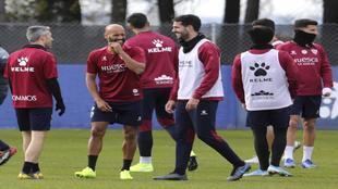Insua, en un entrenamiento con Mikel Rico.
