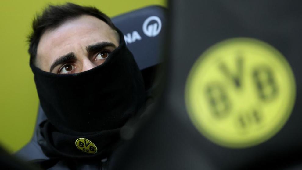 Paco Alácer se protege del frío en el último partido de la...