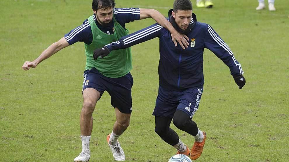 Arribas trata de frenar a Omar Ramos en un entrenamiento del Oviedo