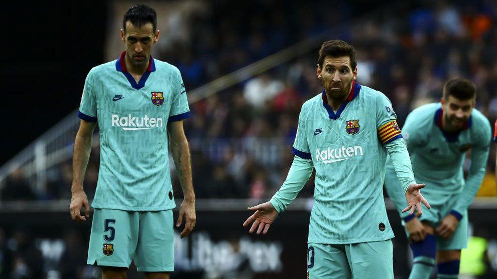 Busquets y Messi, durante el último partido del Barça, jugado en...