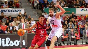 Carlos Alocén trata de superar la defensa de Zisis Sarikopoulos.