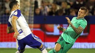 Linares y Kroos, en un lance del partido.