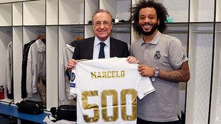 Florentino, haciendo entrega a Marcelo de una camiseta conmemorativa...