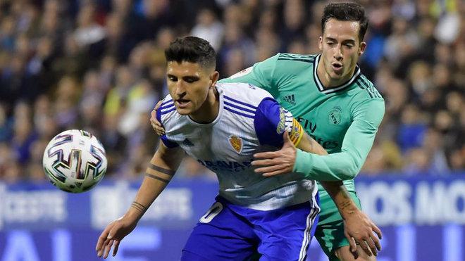 Grippo pugna con el madridista  Lucas Vázquez durante el partido de...