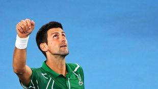 Djokovic señala al cielo tras el triunfo