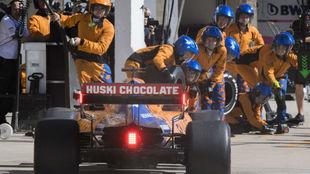 Carlos Sainz entra a un cambio de neumáticos, durante un GP de 2019