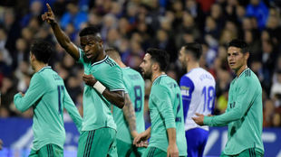 Los jugadores del Madrid celebran el gol de Vinícius en Zaragoza.