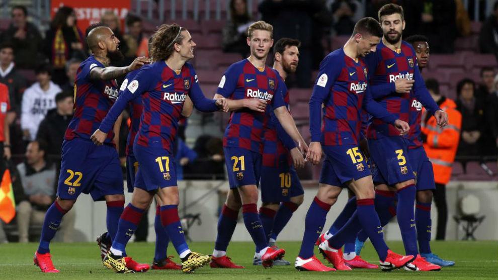 Los jugadores del Barcelona celebran el 2-0 de Lenglet al Leganés.