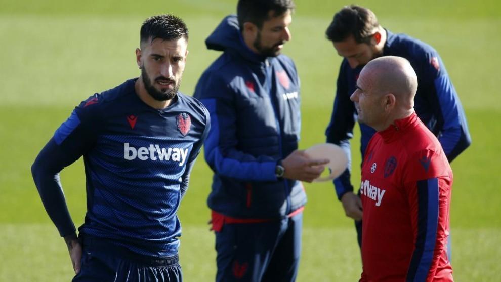 Erick Cabaco y Paco López conversan en un entrenamiento.