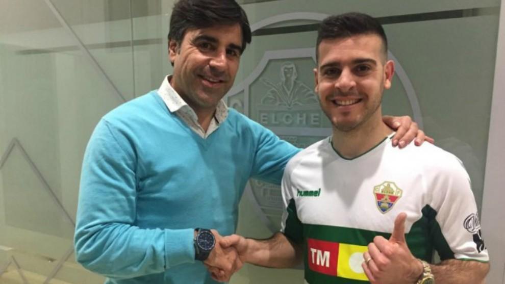 Víctor Rodríguez, con la camiseta del Elche y haciendo la señal del...