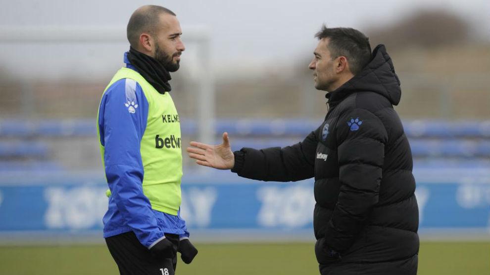 Asier Garitano habla con Aleix Vidal en un entrenamiento.