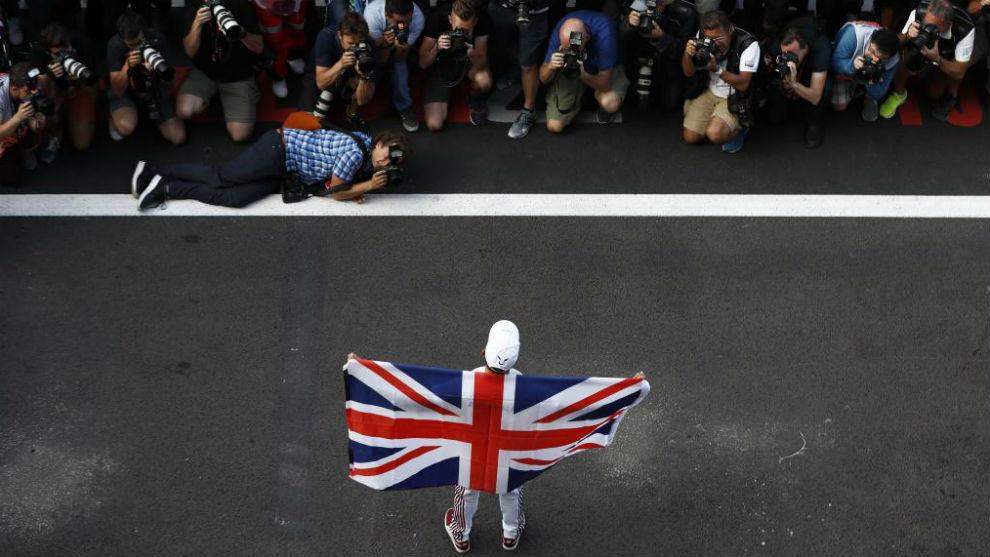Lewis Hamilton celebra uno de sus títulos con la 'Union Jack'.