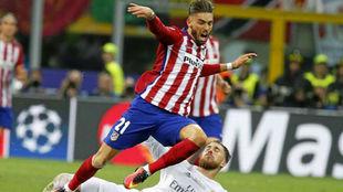 Carrasco recibe una entrada de Ramos en la final de Milán