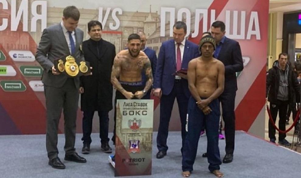 Samuel Carmona, en el centro junto a su rival, en el pesaje de hoy