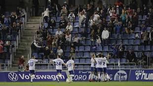 Los jugadores del Tenerife celebran el gol de Sipcic con su afición