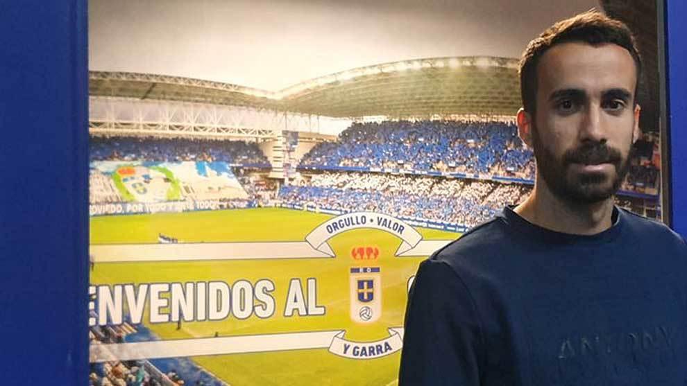 Sebas Coris, posando en el Carlos Tartiere, su nuevo estadio
